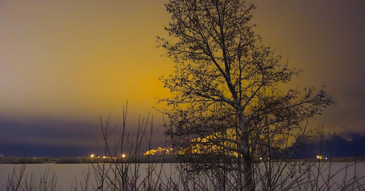 極寒の地、雪が綺麗。背景の煙が味を出している。光り輝くサンセット