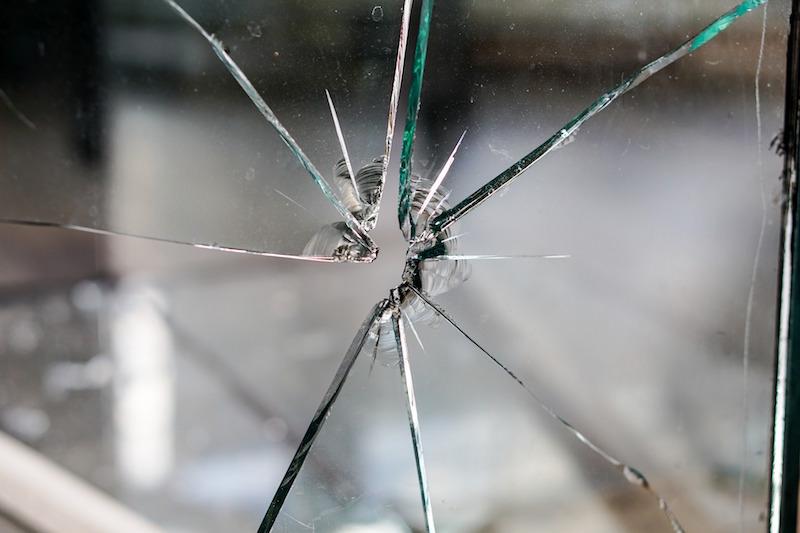銃の弾丸によって破壊されたガラスに残る丸い形