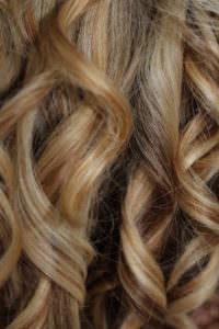 外国人のスベスベ髪のくっきりカール