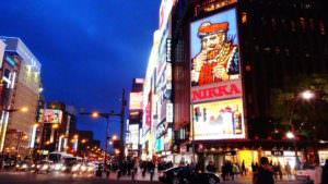すすきのの駅前トランプの看板、nikkaはとても綺麗な観光名所