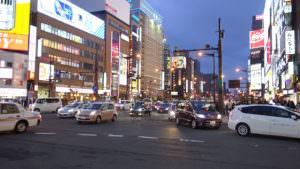 すすきのの夜の街の雰囲気は人や車が多いが、とても綺麗