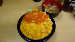 札幌の市場で超新鮮な絶品ウニいくら丼、蟹汁つき