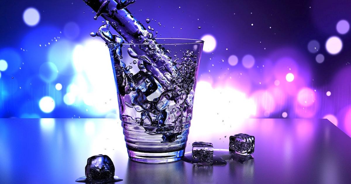 綺麗な飲み物と氷の効果はお酒やジュースを飲みたい気持ちを掻き立てる!