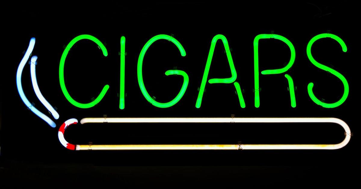 タバコショップのおしゃれなライトの看板