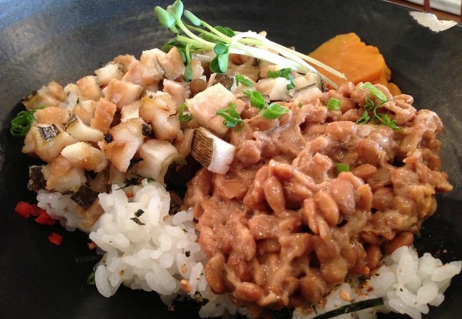 納豆ご飯と他のものを混ぜることによって最高に美味しいレシピになる。