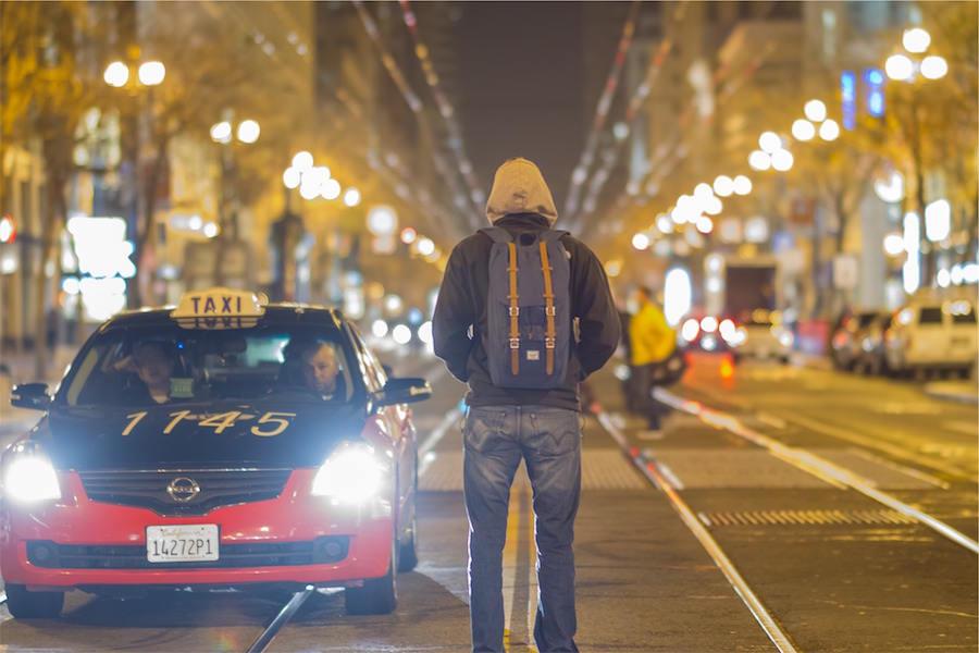 タクシーからトランクを出した瞬間にタクシーの運転手は行ってしまった。