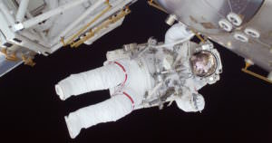 宇宙飛行士はどうやって髪の毛を洗うの?