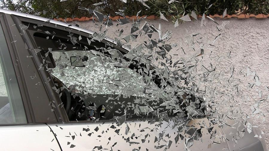 災害時には車のガラスを割って脱出