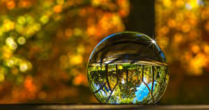 綺麗なクリスタルボールはジャグリングに使われる