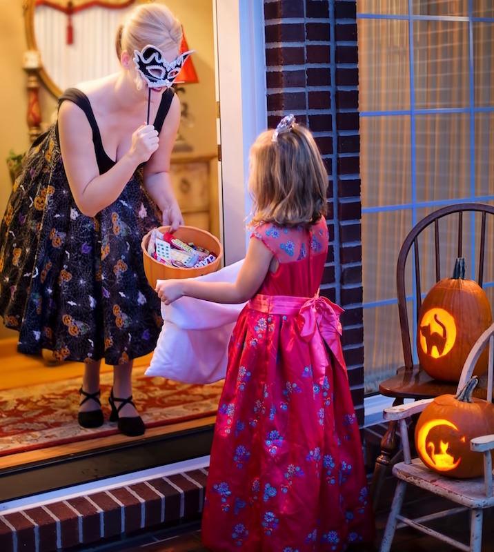ハロウィンで美人でセクシーな外国人ママと可愛い女の子