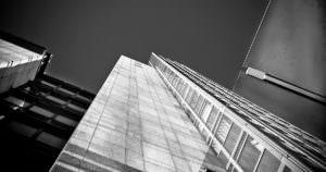 高層ビルの天井でジャンプ