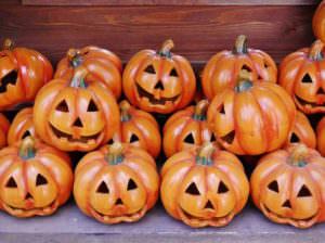 ハロウィンに重要なかぼちゃの飾り物は家や外に飾る