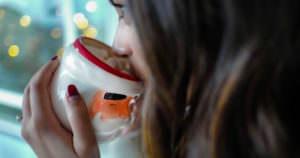 マシュマロの入ったホットチョコレート(ココア)を飲む女性