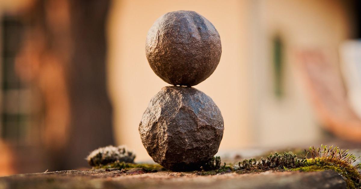 ロックバランシングは石だけではなく、巨大な重い岩でも行われることもある。