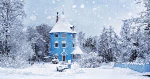 雪がキラキラ光る雪国フィンランドのムーミンハウス