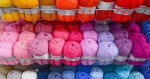 たくさん種類のあるカラフルな毛糸